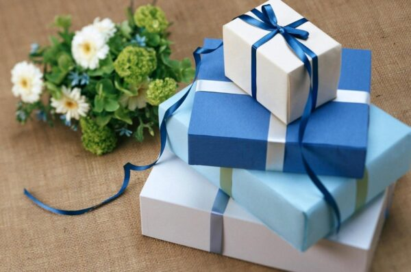 Surprise Your Husband with Attractive Gifts on Your Wedding Anniversary